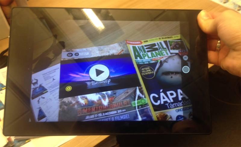 A filmplakátot egy okostelefon vagy táblagép képernyőjén keresztül nézve láthatóvá válik a Repcsik: A mentőalakulat előzetese.
